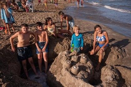 Construir castillo de arena nunca pasa de moda para los más chicos