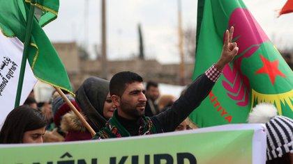 Kurdos protestan el 28 de diciembre en la ciudad de Qamishli, en el nordeste de Siria (AFP)