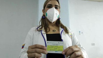 La profesional mostrando el carnet de vacunación (@NicolasMaduro)