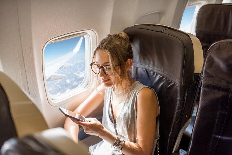 Algunas aerolíneas apuestan a que el entretenimiento esté en los celulares (shutterstock.com)