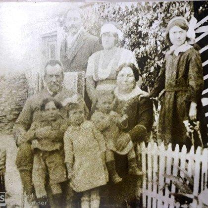 La familia de Perón en pleno. Sobre el regazo de sus padres, los hermanitos Mario Avelino y Juan Domingo.