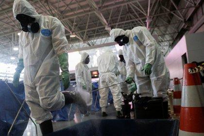 Soldados de la Armada brasileña desinfectan el Aeropuerto Internacional Tom Jobim durante el brote de la enfermedad coronavirus (COVID-19), en Río de Janeiro, Brasil