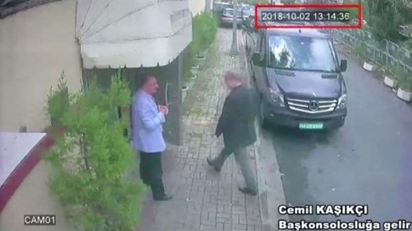 Jamal Khashoggi fue vistopor última vez el 2 de octubre a la 1:15 de la tarde, cuando entraba al consulaado de su país en Estanbul.(Reuters TV/via Reuters).