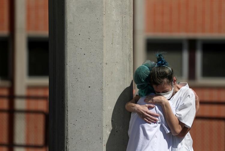 Trabajadores de la salud se abrazan afuera del Hospital Severo Ochoa, en Leganes, España (Reuters/Susana Vera/ TPX IMAGES OF THE DAY)