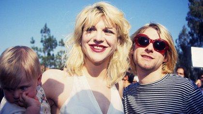 Courtney Love, juntocon Cobain y la pequeña hija de la pareja, Frances, poco antes del suicidio del cantante