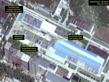 Movimiento de camiones cisterna, posiblemente cargados de nitrógeno líquido, y movimiento de personal en el Complejo de Enriquecimiento de Uranio en Yongbyon (Digital Globe/38 North)