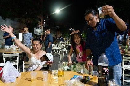 Una de las familias convocadas por la Iglesia Evangélica Bautista del Centro festeja la llegada de las 12 de noche (Foto: Franco Fafasuli)