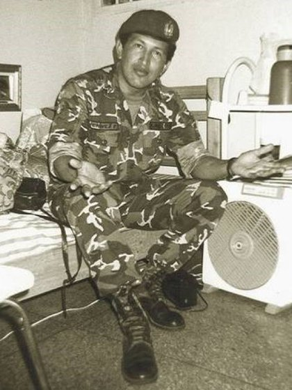 Chávez en su celda con cama, ventilador, termo y libros