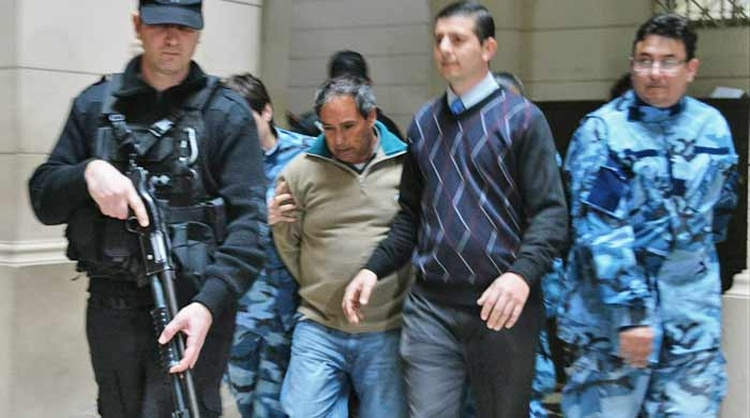 La imagen de José Luis Andersen, al ser trasladado durante el juicio en 2018 (Gentileza La Brújula 24)