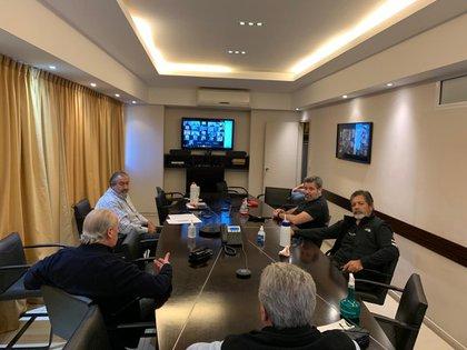 La CGT se reunió mediante una videoconferencia: de izquierda a derecha, Andrés Rodríguez, Héctor Daer, Víctor Santa María, Gerardo Martínez y, de espaldas, Carlos Acuña