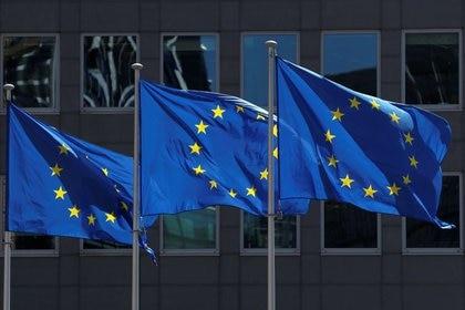 Banderas de la Unión Europea en el exterior de la sede de la Comisión Europea en Bruselas, Bélgica