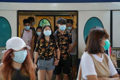 """""""Las medidas continuas de protección, detección y aislamiento de las personas infectadas son esenciales para mitigar y contener la pandemia de COVID-19″, concluyeron los autores del trabajo.  (REUTERS/Lam Yik)"""