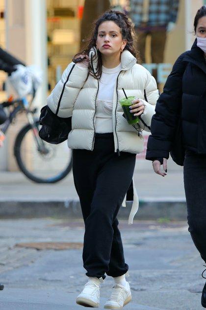 Rosalía paseo por Tribeca, Manhattan. La cantante lució un pantalón negro, remera y campera blanca. Además, se corrió su tapabocas para tomar un refresco que se compró en un local junto a una amiga