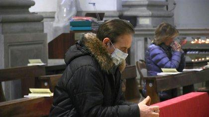Fieles privados de las misas, un papa que se expresa por video, funerales y bodas restringidas: los católicos se ajustan a las medidas impuestas contra el nuevo coronavirus en Italia, donde las reuniones públicas están prohibidas.