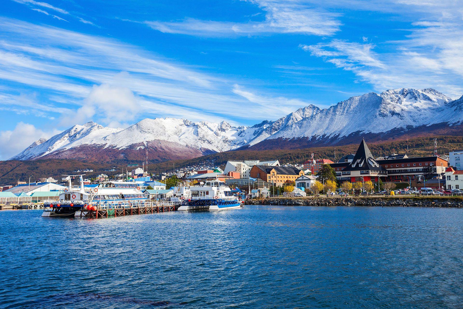 Ushuaia, un puerto ocupado y un centro de aventura, es una franja de calles empinadas y edificios desordenados (Shutterstock)