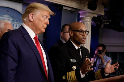 Donald Trump escucha al cirujano Jerome Adams durante una conferencia de prensa en Washington (REUTERS/Yuri Gripas)
