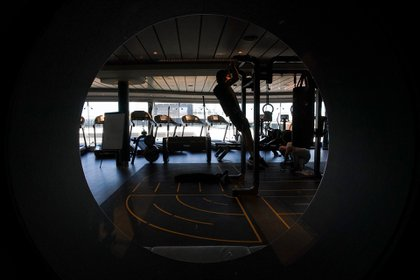 Un hombre se ejercita en el gimnasio del crucero MSC Grandiosa en Civitavecchia, cerca de Roma, el 31 de marzo de 2021 (Foto AP/Andrew Medichini)