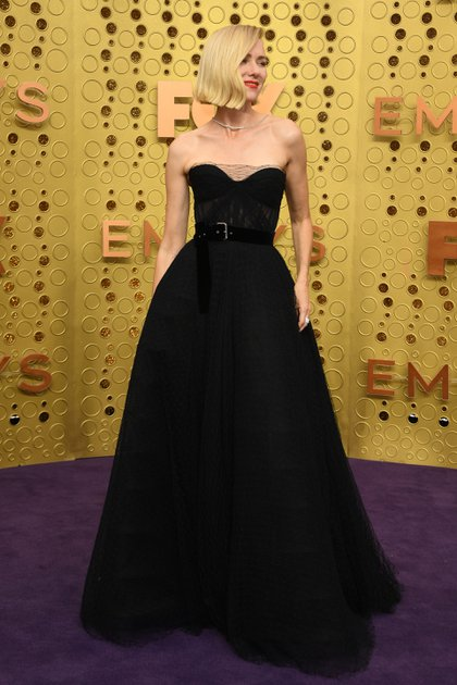 Naomi Watts eligió para los Emmy 2019 un diseño de Dior en color negro combinado en tul y red. Con escote corazón y un cinturón de chiffón en la cintura, completó su estilismo con anillo de brillantes y un colgante