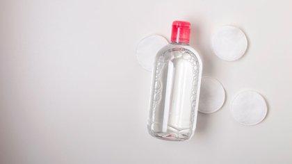 La limpieza con agua micelar es fundamental tanto para el día como para la noche (Shutterstock)
