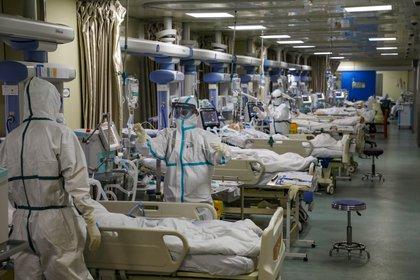 Febrero de 2020. Médicos de Wuhan atienden a pacientes enfermos de COVID-19 en una unidad de cuidados intensivos en un hospital de aquella ciudad originaria del coronavirus (Reuters)