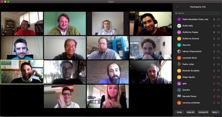 Parte del equipo que desarrolla el sistema de monitoreo a distancia en una reunión por Zoom.