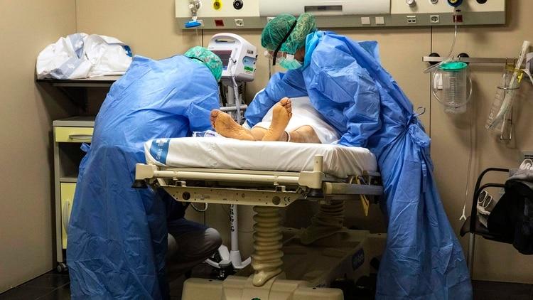 Un paciente en una Unidad de Terapia Intensiva en el hospital German Trias i Pujol de Badalona, en Barcelona (AP Photo/Anna Surinyach)