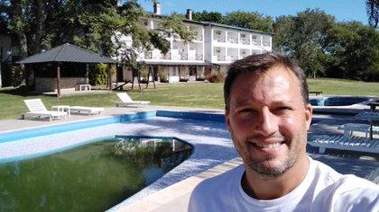 """""""Veníamos con una alta demanda de pescadores pero, para evitar la propagación del coronavirus, cerramos todos los hoteles"""", dice Arnoldo Rohner, administrador de la Posada Hambaré y Presidente de la cámara de Turismo de la ciudad Esquina, situada en el rincón sudoeste de la provincia de Corrientes."""