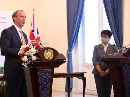 El secretario de Relaciones Exteriores de Gran Bretaña, Dominic Raab, habla durante una conferencia de prensa después de su reunión en Yakarta, Indonesia, el 7 de abril de 2021. MINISTERIO DE EXTERIORES DE INDONESIA / Folleto a través de REUTERS
