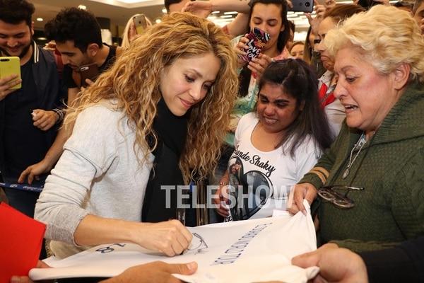 La cantante firmó autógrafos apenas llegó al país (Matías Souto – Grosby Group)