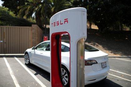 Un Tesla en una estación de carga. Foto: REUTERS/Lucy Nicholson