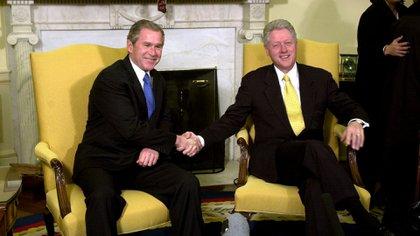 El presidente Bill Clinton le da la mano al Presidente electo George W. Bush (Photo by Ron Sachs/Shutterstock (330352d))