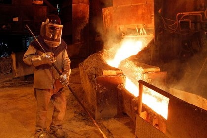 FOTO DE ARCHIVO. Un trabajador supervisa una planta en la refinería de la estatal Codelco en Ventanas, Chile. Enero, 2015. REUTERS/Rodrigo Garrido