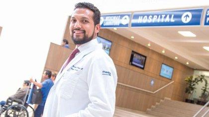 Doctor Eduardo Villegas Tovar, primer médico mexicano en practicar una  Cirugía Colaborativa 5G (Foto: Twitter@@LideresMexicano)
