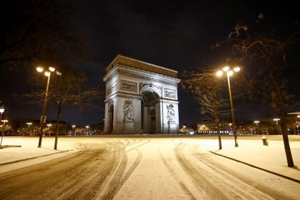A view shows a street near the Arc de Triomphe, as winter weather with snow and cold temperatures hits a large northern part of the country, in Paris, France, February 10, 2021. REUTERS/Gonzalo Fuentes