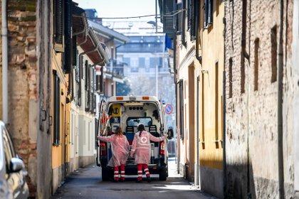 Un'ambulanza a Kodogno, l'altro punto di partenza del coronavirus nel nord Italia (via Claudio Furlon / Lapressi Zuma / DPA)
