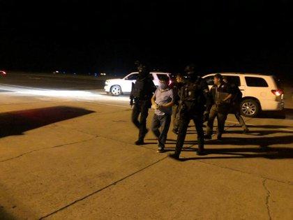 En imagen que circula en redes  se observa a policías trasladan al ex gobernador poblano, Mario Marín, a Cancún en donde responderá por la acusación de tortura en contra de la periodista Lydia Cacho. FOTO: CUARTOSCURO