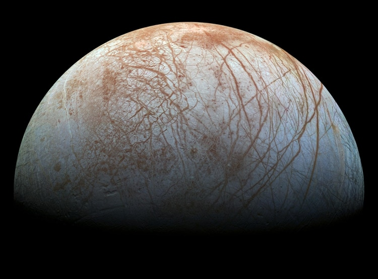 Europa, satélite natural de Júpiter, está compuesto principalmente por silicatos y tiene una corteza de hielo de agua. Cuenta con una leve atmósfera de oxígeno, entre otros gases. Su superficie estriada es la más lisa de los objetos conocido del sistema solar. NASA/JPL-Caltech/SETI Institute