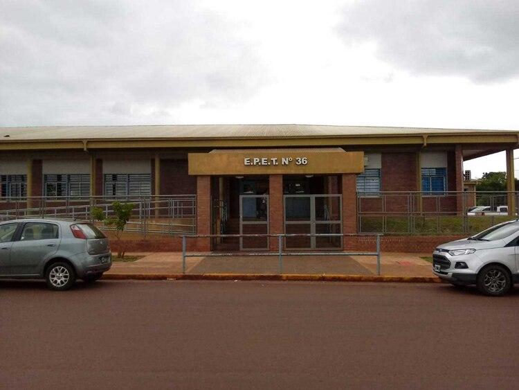 El frente del colegio público EPET 36° en el barrio Itaembé Miní, en las afueras de la capital provincial