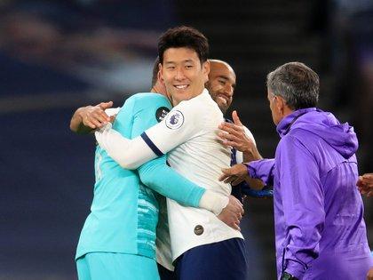 Tras el entredicho, Son y Lloris se abrazaron en el complemento (Reuters)