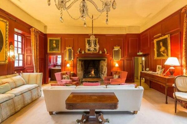 La sala de estar, sillones y obras de arte (Airbnb)