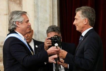 El presidente saliente de Argentina, Mauricio Macri, entrega el bastón presidencial al nuevo mandatario, Alberto Fernández, durante su ceremonia de asunción en el Congreso Nacional el 10 de diciembre de 2019 (Foto: Reuters)