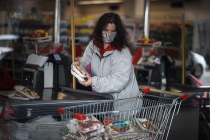 Los precios al consumidor subieron un 3,8 % en octubre y un 37,2 % interanual. EFE/Juan Ignacio Roncoroni/Archivo