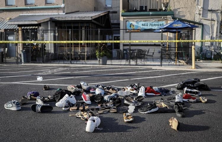 Zapatos amontonados cerca del lugar del ataque armado en Dayton, Ohio el 4 de agosto del 2019. . (AP Photo/John Minchillo)