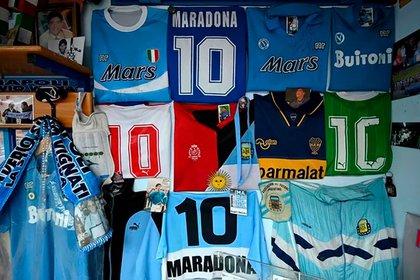 Algunas de las camisetas que se pueden apreciar en el museo (AFP)