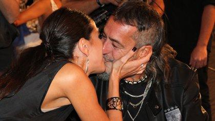 El beso de Andrea Rincón y el Mono de Kapanga en los Martín Fierro 2017