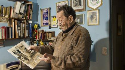 Juan Antonio Farenga (h) muestra las fotos originales de su padre, fundador de Boca (Lucas Engel)