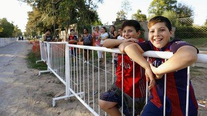 Los vecinos se acercaron para ver la llegada de los invitados famosos (Crédito de Foto: Nicolás Aboaf)