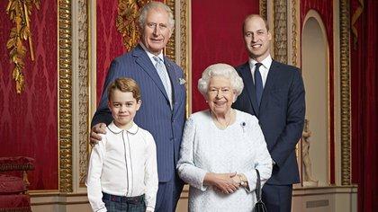 Foto oficial de la familia real británica en el Palacio de Buckingham. Isabel II y los tres herederos al trono: el príncipe Carlos, el duque de Cambridge y el príncipe George