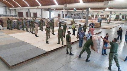 Para descargar las 42 toneladas se requirieron unas seis horas, con el apoyo de jóvenes y de los mismos afectados (Foto: Cortesía Senado)