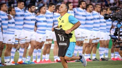 El ex Puma, Nicolás Fernández Miranda, colaborador de Ledesma, fue el que retiró la camiseta (Foto: AFP)